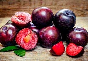 Обои фрукты, вкусно, сливы, листья, косточка