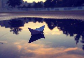 Обои бумажный, кораблик, лужа, отражение, небеса, облака, вечер, закат