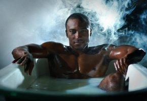 Обои парень, взгляд, модель, дым, ванна