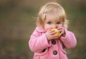Обои девочка, ребенок, яблоко, настроение, взгляд