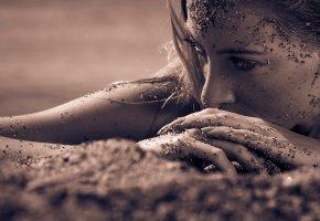 Обои beach, sepia, beautiful, look, eyes, пляж, девушка, глаза, песок