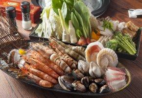 Обои морепродукты, креветки, моллюски, овощи