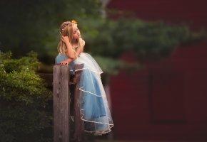 Обои девочка, ребенок, платье, настроение, позирует