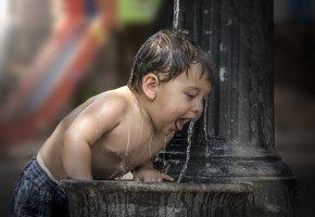 Обои ребенок, мальчик, фонтан, вода, брызги, капли