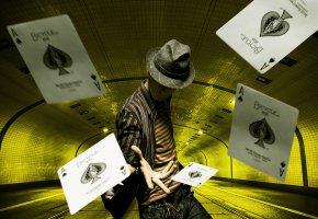 Обои Men, illusionist, hat, парень, карты, иллюзионист, шляпа
