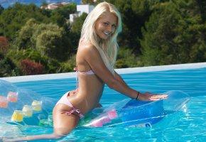 Обои блондинка, купальник, вода, бассейн, Девушка, улыбка, матрац