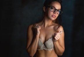 Обои девушка, взгляд, очки, фигура, белье, лицо