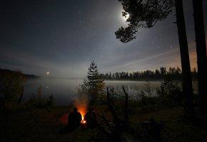 Обои ночь, звёзды, костёр, люди, деревья, лес, озеро, вода, небо, луна, романтика, путешествие, Россия