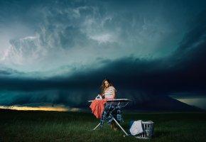 Обои девушка, гладит, гладильная доска, утюг, одежда, природа, погода, тучи, небо, ситуации, корзина, трава, горизонт