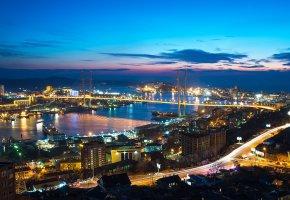 Обои Владивосток, Россия, город, ночь, панорама, улица, дома, машины, фонари, мост, море, бухта, холмы, корабли, небо, облака