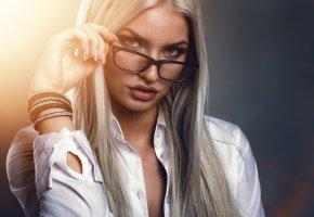 Обои девушка, волосы, белые, очки, макияж, прическа, блондинка, рубашка