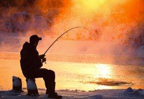 Обои рыбак, мужчина, рыбалка, река, удилище, улов, снег