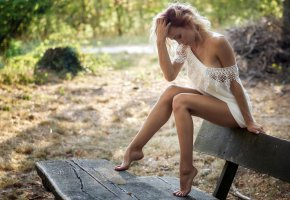 Обои лавочка, девушка, скамья, лето, ножки, фигура