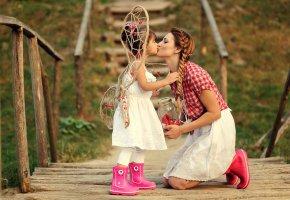 Обои девочка, мама, поцелуй, настроение, любовь