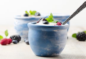 Обои Cream, raspberries, dessert, черника, cups, milk, blackberries, blueberries, fruits, фрукты