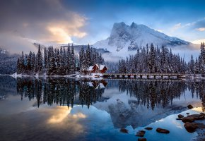 Обои мостик, лес, горы, домик, облака, зима, вода, отражение