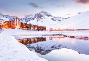 Обои озеро, отель, курорт, зима, Франция, горы, снег, Альпы