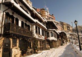 Обои winter, фонари, елка, улица, дома, снег, небо, Болгария, город