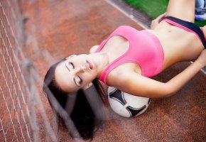 Обои model, brunette, ball, Девушка, модель, мяч, брюнетка, фигура, позирует