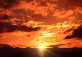 Обои горы, облака, восход, солнце, горизонт, лучи