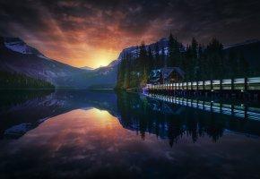 Обои закат, лес, небо, вечер, домик, озеро, мостик, горы