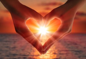 Обои руки, heart, свет, солнце, сердце, любовь, sea, море, sunset, love, hands, закат