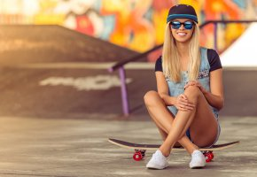 Обои девушка, площадка, улыбка, блондинка, скейтборд, очки, скейт, кепка, шорты, джинсовка, кеды