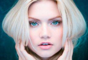 Обои Губки, девушка, взгляд, блондинка, волосы, голубые глаза