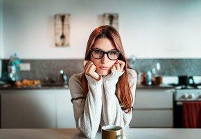 Обои девушка, рыжая, модель, взгляд, очки, чашка, свитер