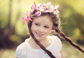 Обои дети, настроение, девочка, венок, улыбка, взгляд, косы, волосы