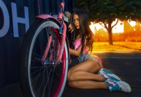 Обои brunette, bike, jeans, shorts, tanned, legs, sneackers