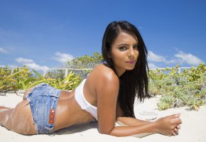 Обои brunette, ass, jeans, shorts, look, beautifull, pretty, eye, smile, tanned