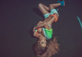 Обои tanned, green, eye, tits, sixpack, piercing, jeans, shorts, shorts, orange, tits, legs, sneakers, perfect, beautifull, smile